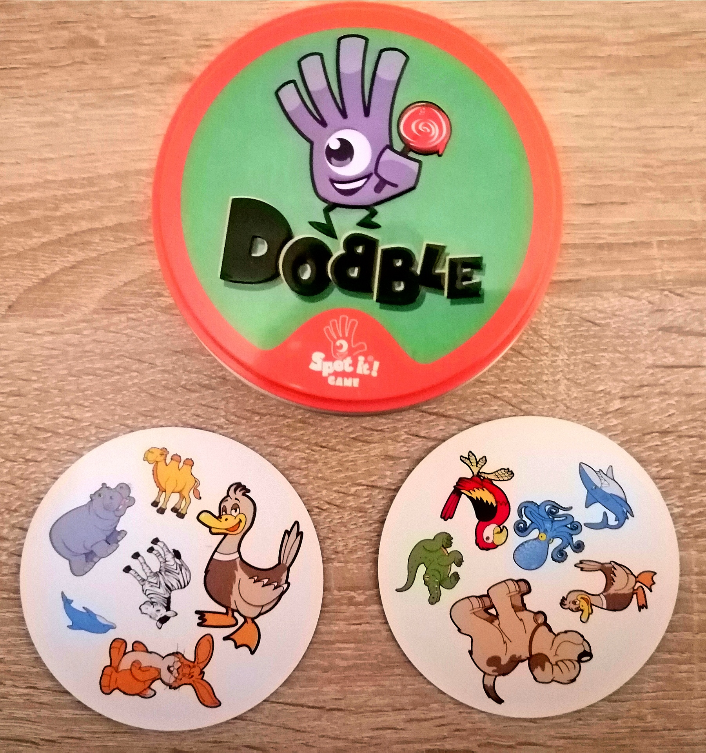 Spieldose mit zwei Karten als Beispiel