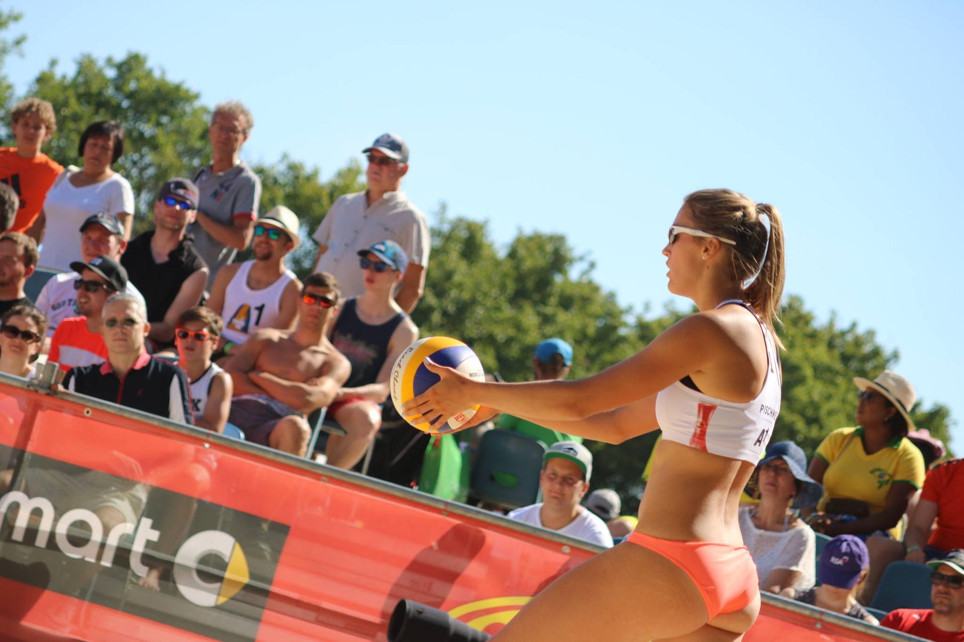 Ein BEachvolleyballspielerin ist bereit zur Angabe