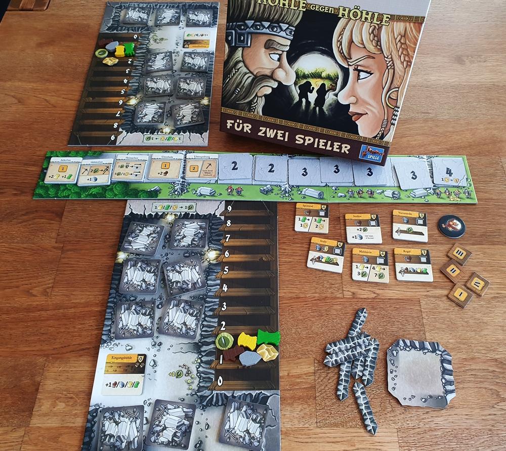 Spielkarton und aufgebautes Spiel