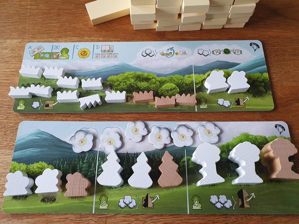 Spielertableaus im 2-Personenspiel, Holzfiguren, die Pflanzen darstellen und unterschiedlicher Wertigkeit