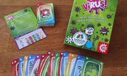 Spielkarton mit den enthaltenen Spielkarten und Anleitung