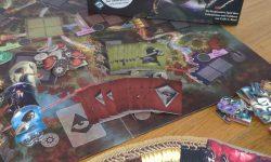 Zu sehen ist das Spiel Arkham Horror mit Spielverpackung & -material