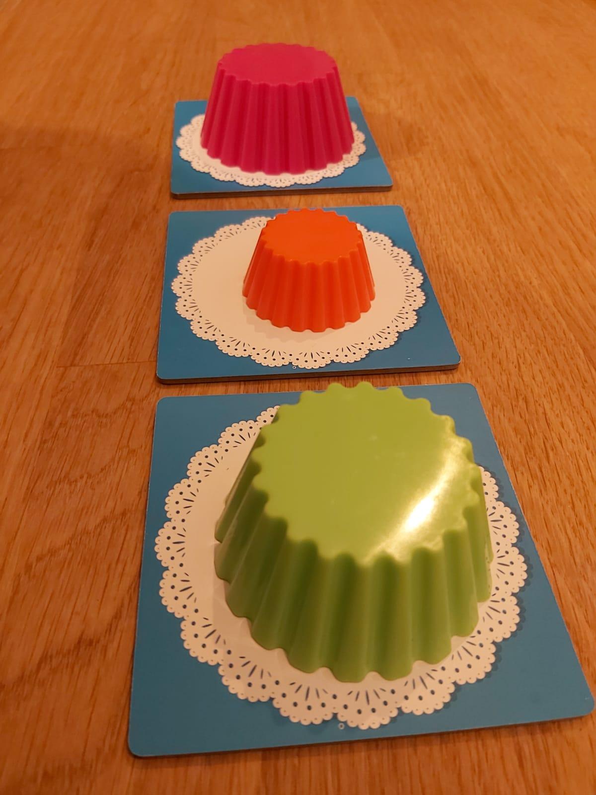 Zu sehen sind die bunten Cupcake-Förmchen auf dem blauen Teller-Set