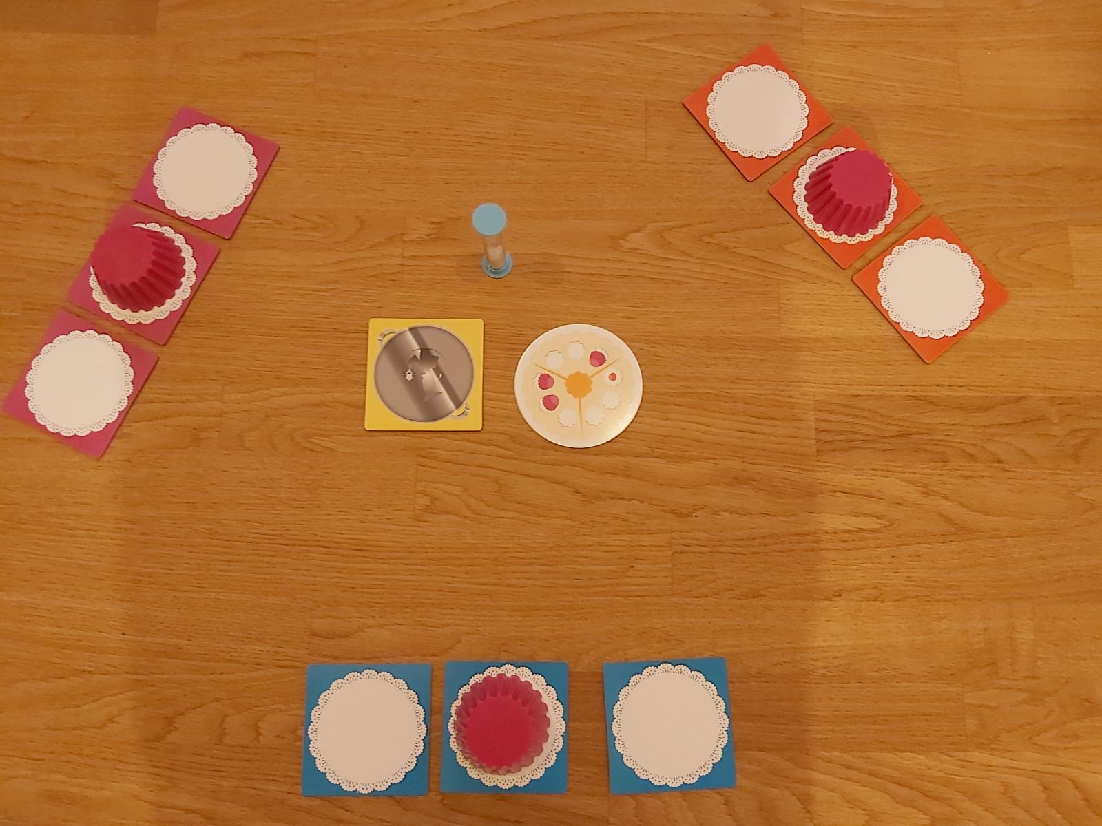 Zu sehen ist der Spielaufbau für 3 Spieler:innen