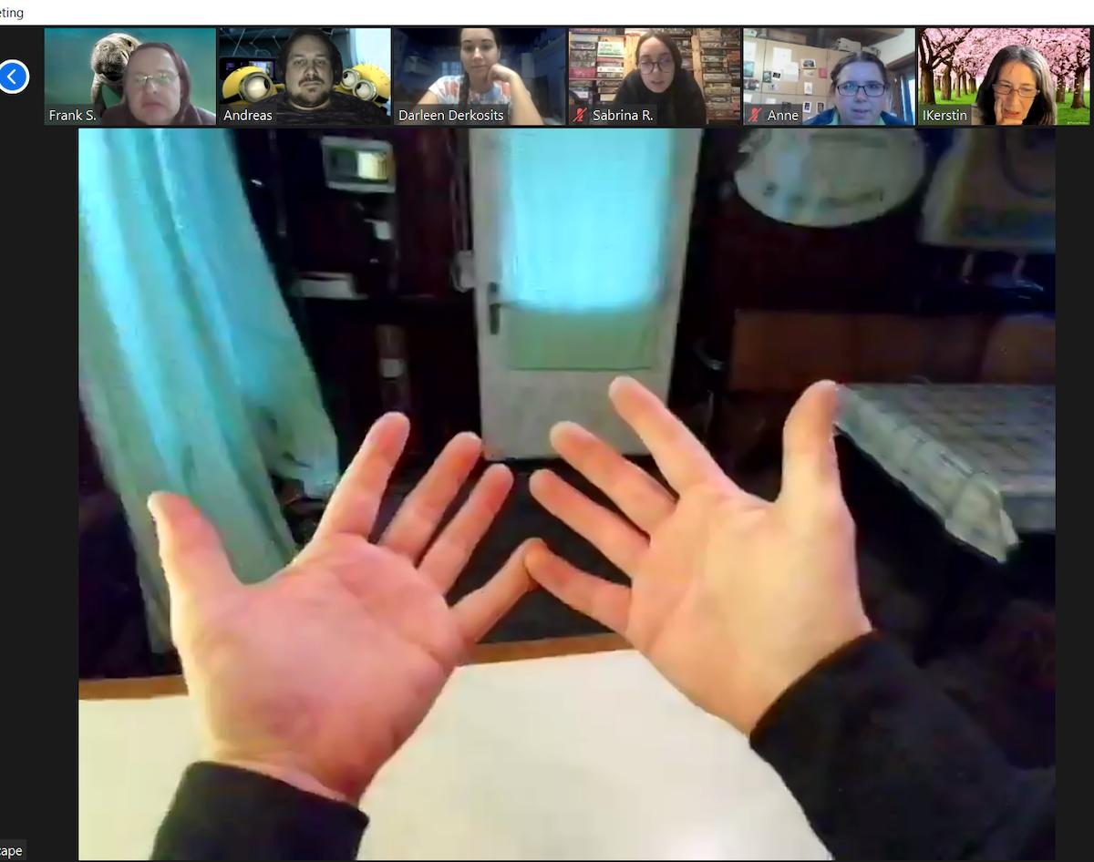 Ein Bild von den Händen des Avatars im Rätselraum