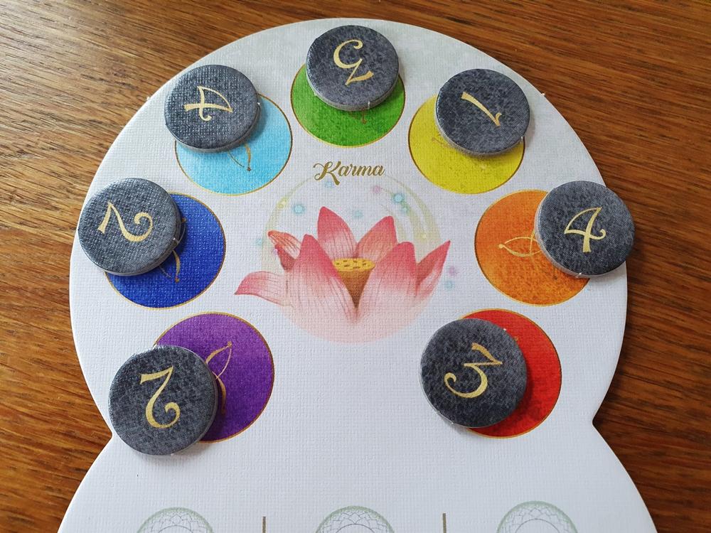 Wertungsplättchen aufgedeckt, sie zeigen Zahlen von 1 bis 4, den Farben jeweils zugeordnet.