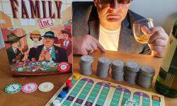 Spielkarton und Inhalt, Rezensent mit Hut und Sonnenbrille