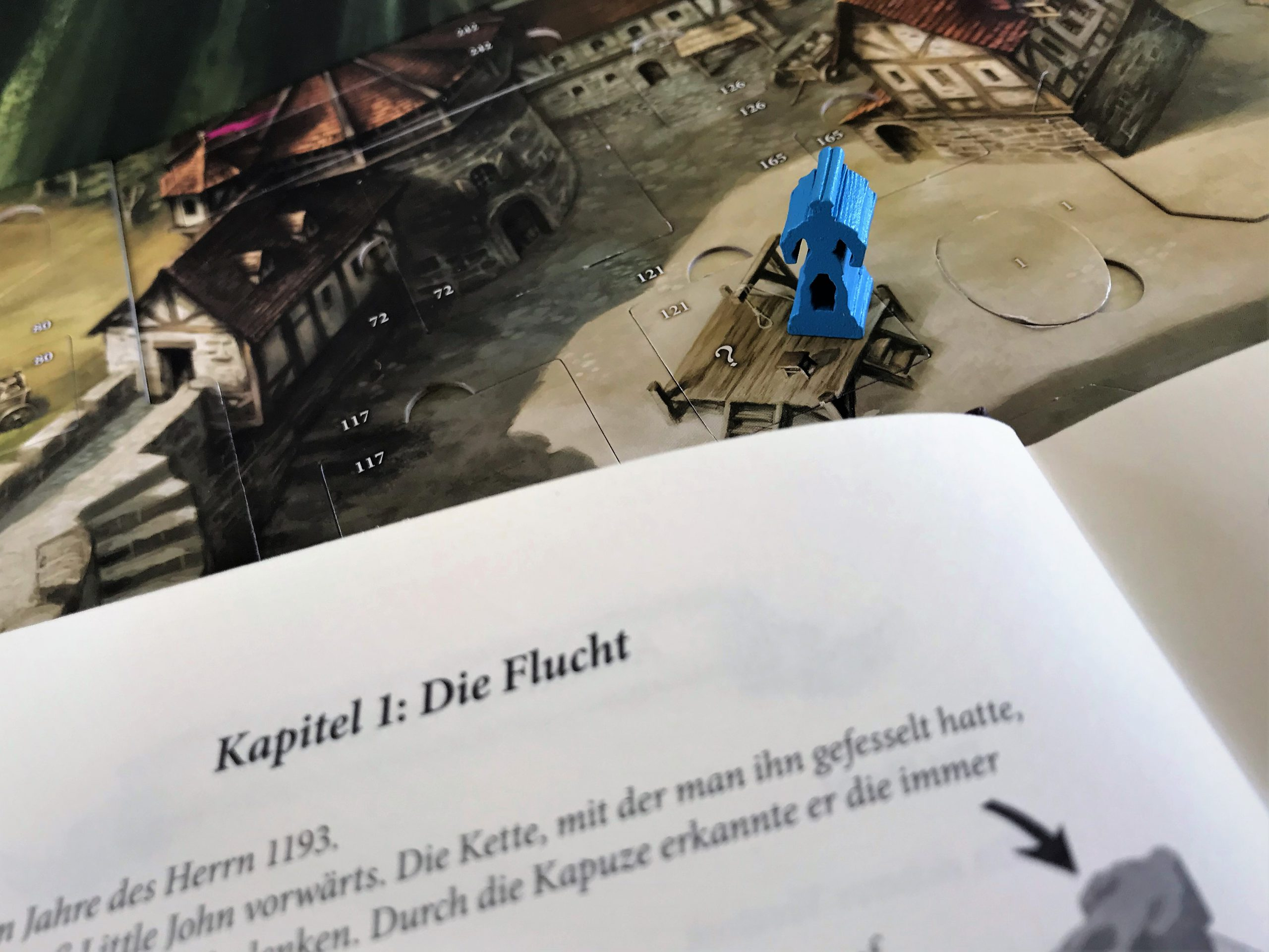 Das Abenteuerbuch erklärt genau, was zu tun ist.