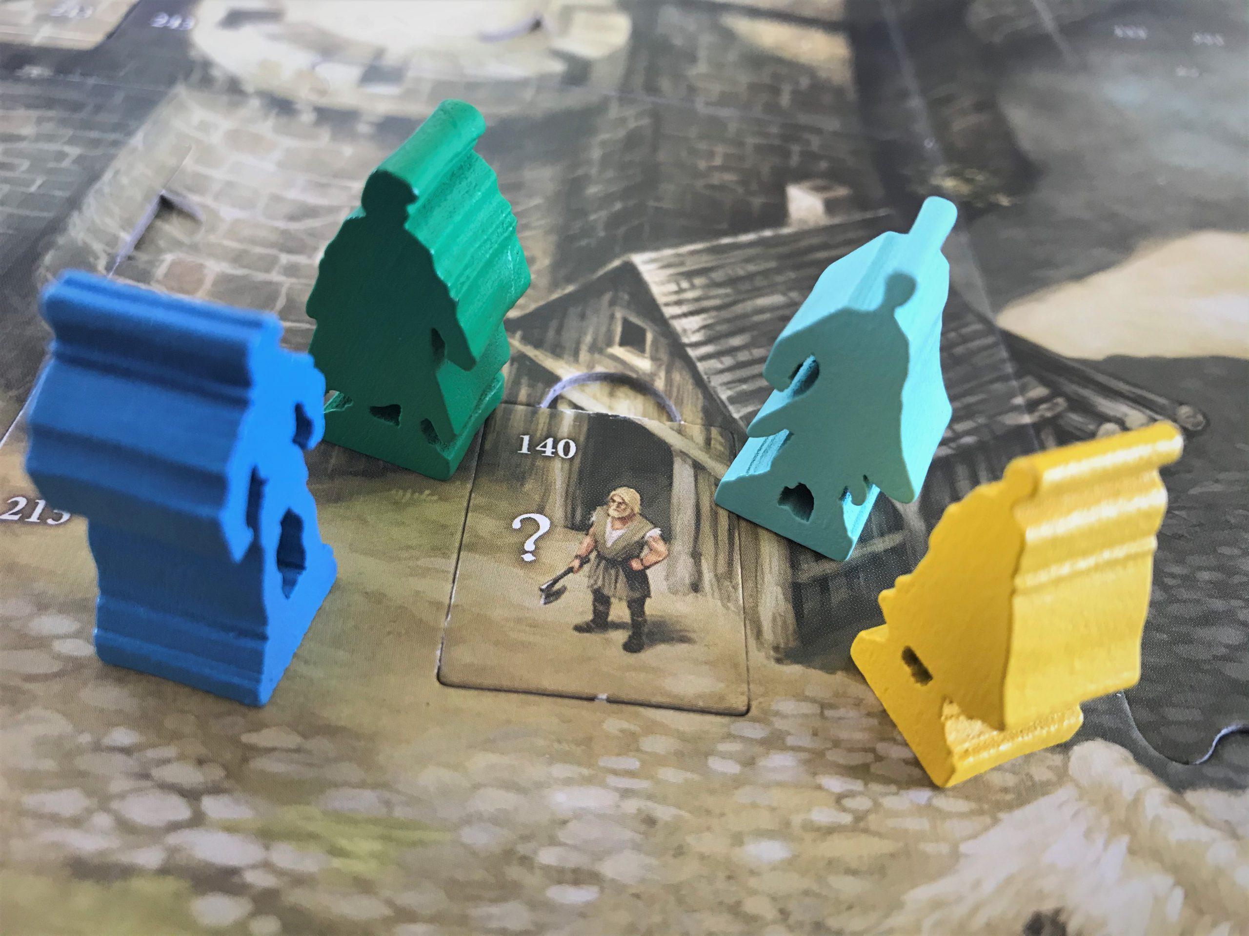 Vier Held:innenfiguren finden sich beim Schmied ein.