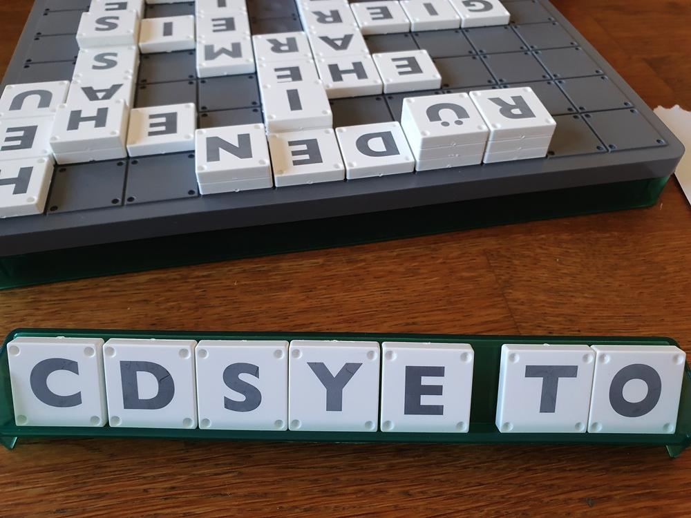 Spielfeld mit Wörtern belegt, Spielertableau mit Buchstaben