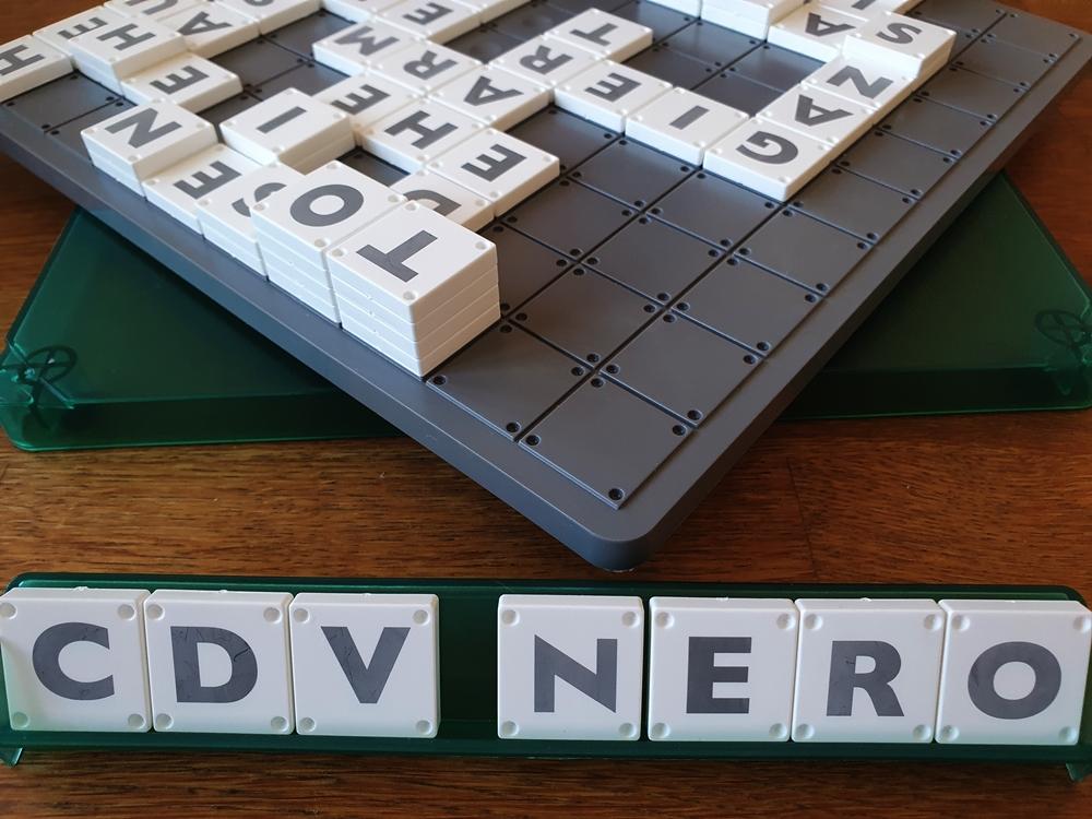 Halb gedrehtes Spielbrett mit Buchstaben belegt