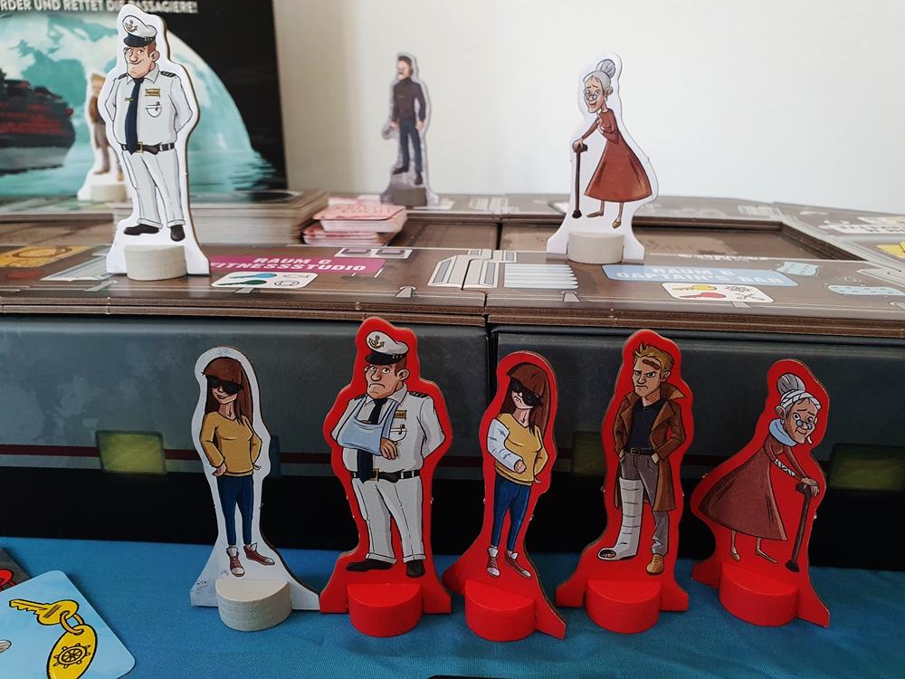 Spielfiguren vor und auf dem Schiff