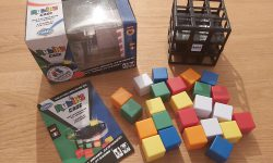 Zu sehen ist Rubik's Cage von Thinkfun samt Spielmaterial.