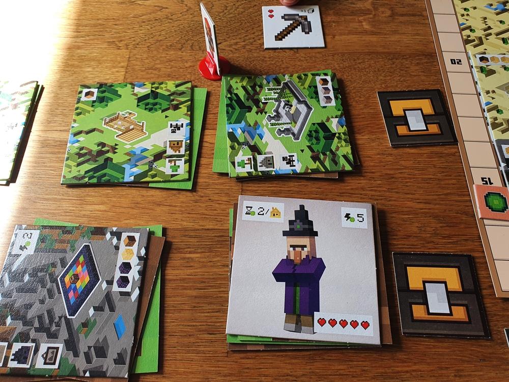 Spielsituation: aufgedeckte Karten mit Landschaften und Monstern, Spielfigur auf Kreuzungspunkt