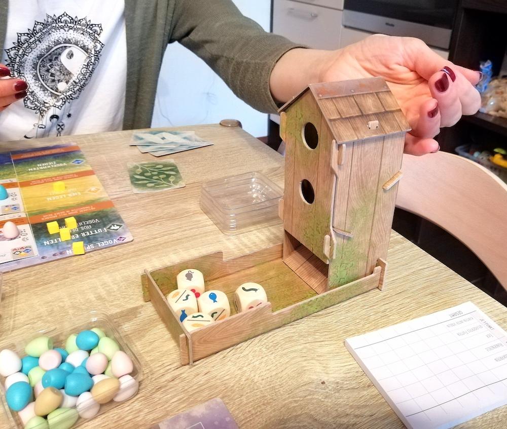 Die Würfel werden zum würfeln in das Vogelhaus geworfen. Eins der schönsten Elemente in diesem Spiel.