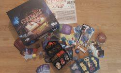 Zu sehen ist das Spiel Grimms Wälder mit dem gesamten Spielmaterial.