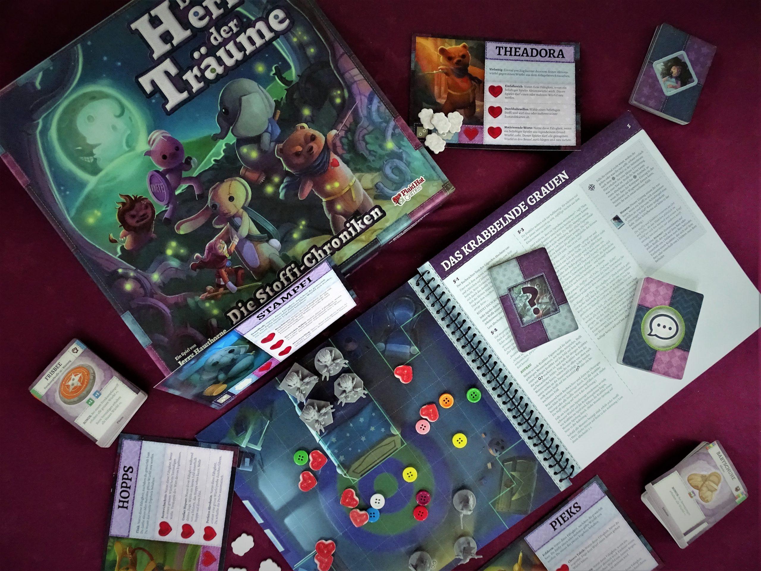 Draufsicht auf das Spielbuch, die Spieleschachtel und Karten