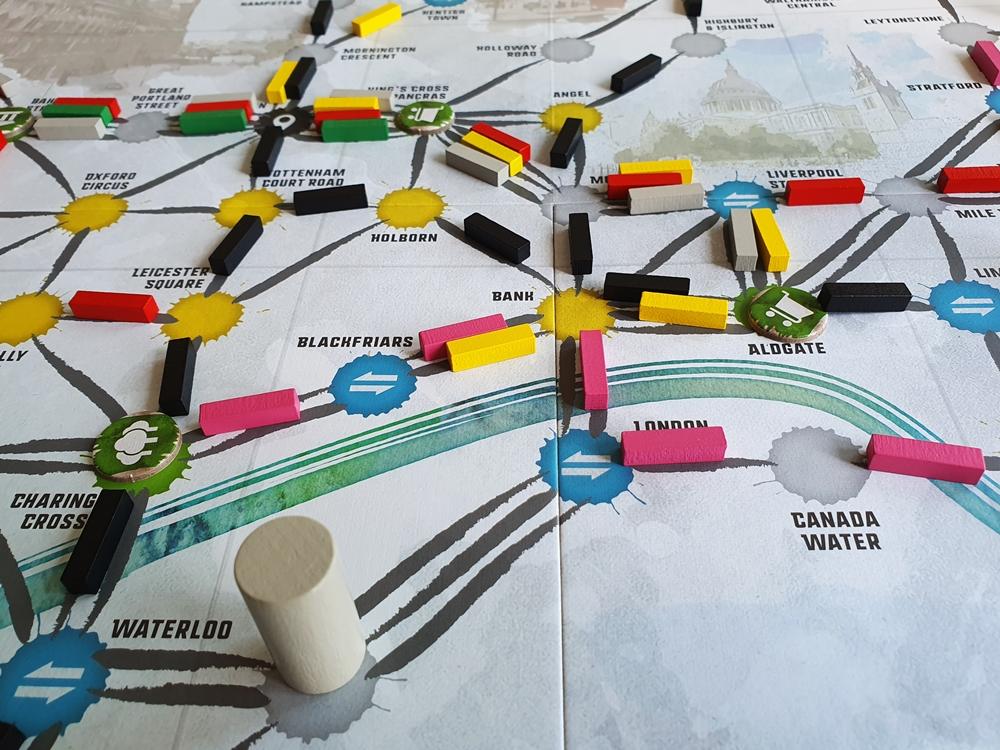 Spätere Spielsituation, es sind viele Wegstrecken ausgebaut