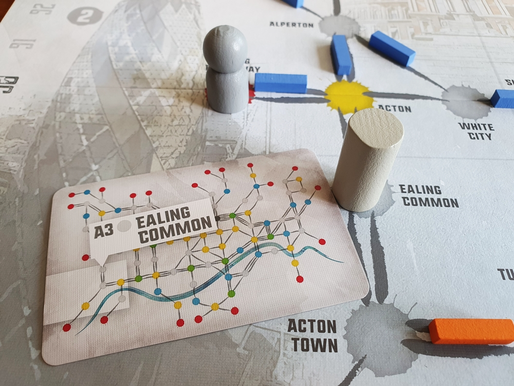 Auf dem Plan ein grauer Zielmarker, der Passagier und eine Zielkarte