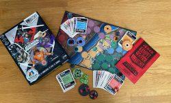 Zu sehen ist das Spiel Unmatched mit gesamtem Spielmaterial.