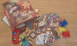 Zu sehen ist Meeple Circus mit dem gesamten Material