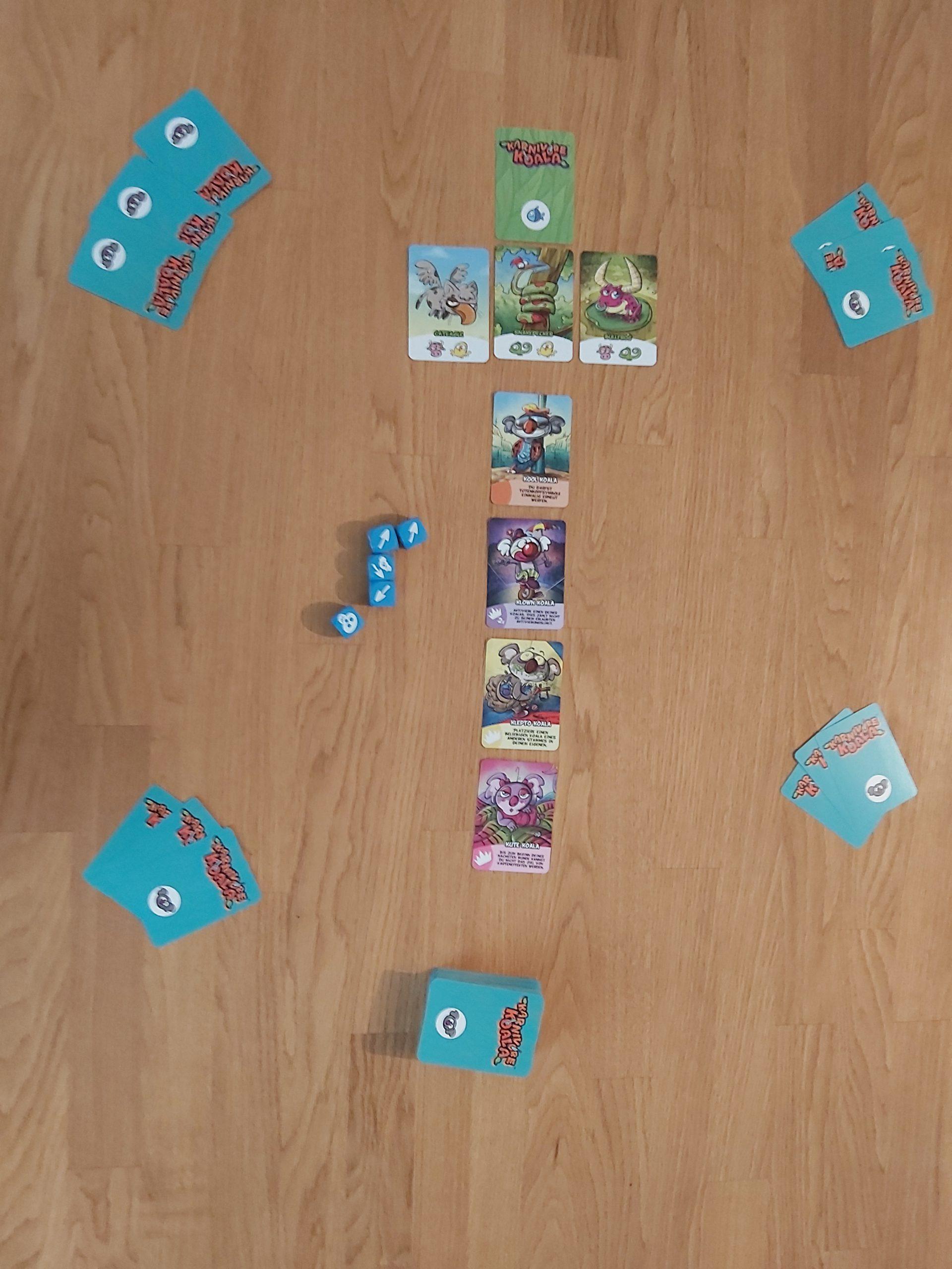 Zu sehen ist der Spielaufbau von Karnivore Koala für 4 Spielende.
