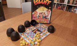 Zu sehen ist Bluff mit dem gesamten Spielmaterial