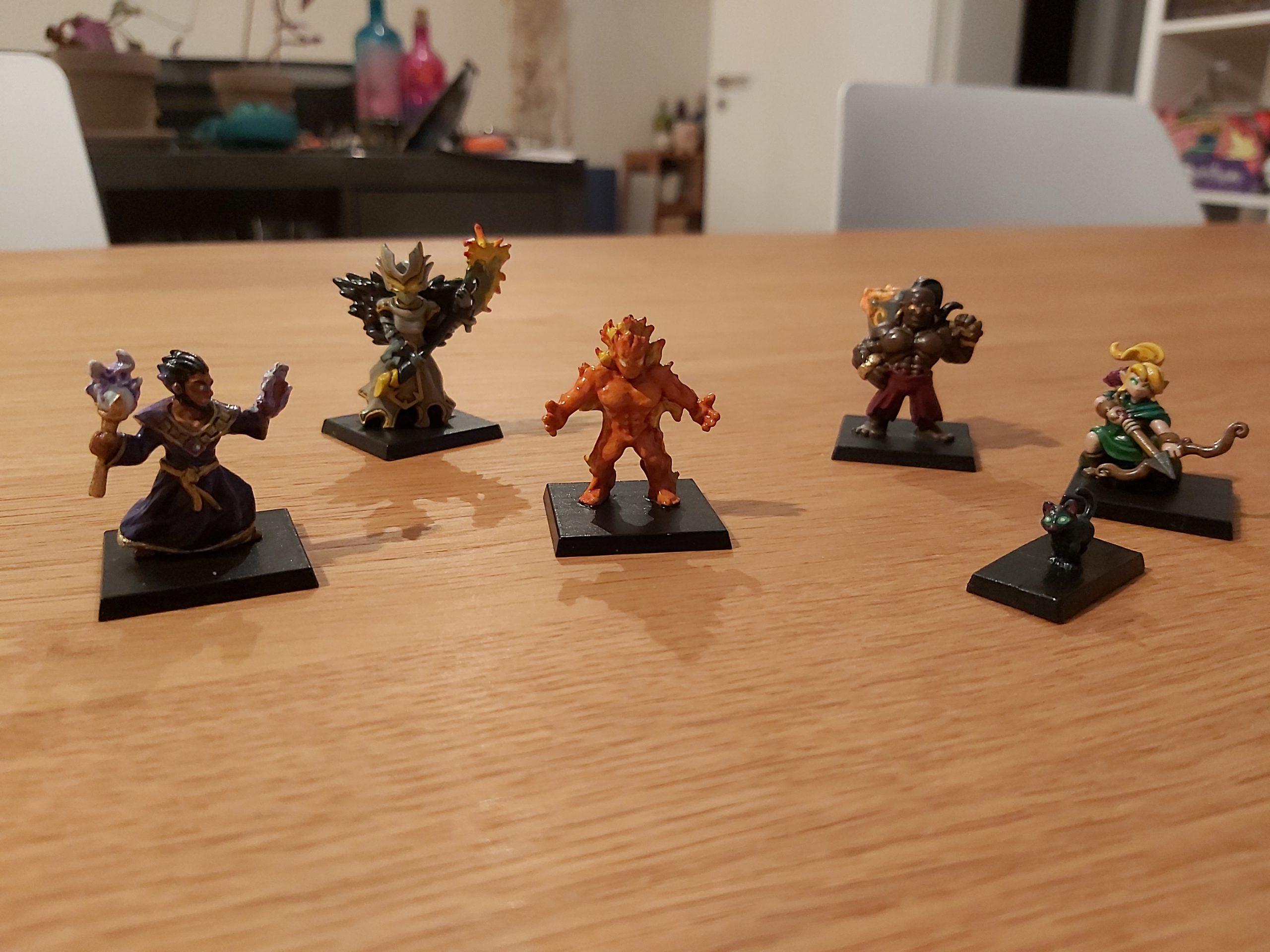 Die 5 Held:innen-Figuren sind zu sehen.
