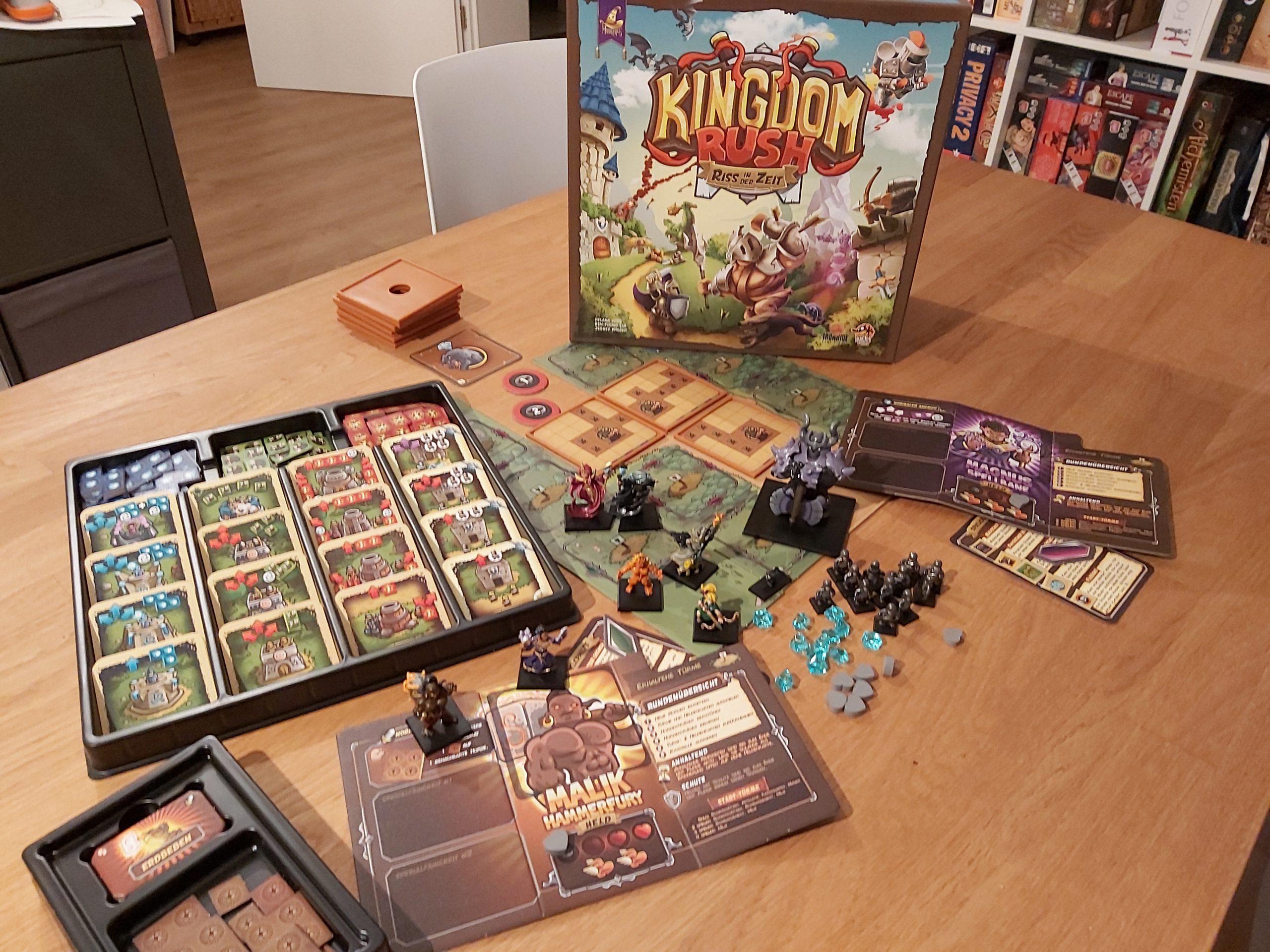 Zu sehen ist die Verpackung von Kingdom Rush inkl. des gesamten Spielmaterials.