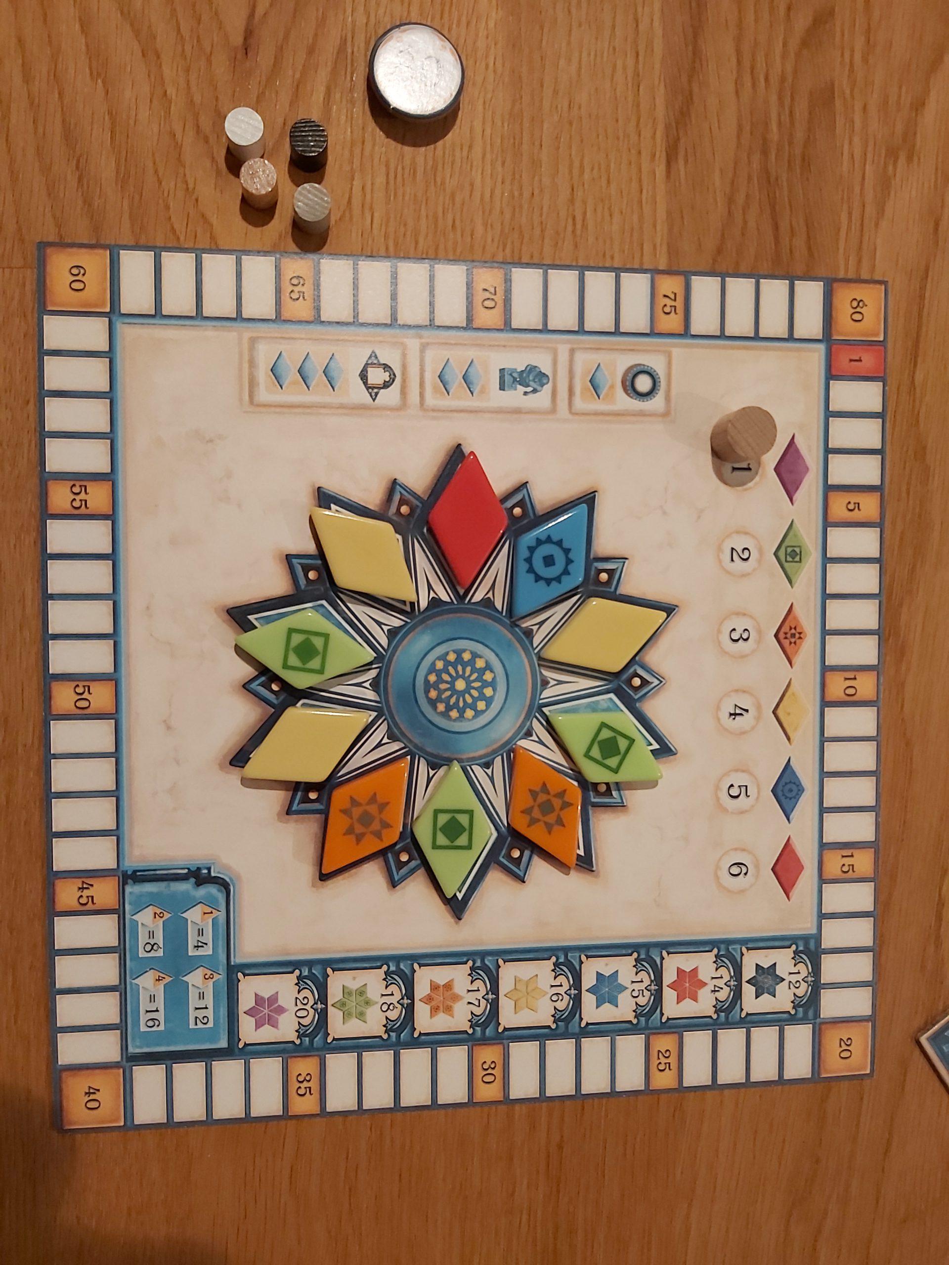 Zu sehen ist das Tableau von Azul, auf dem die Punkte festgehalten werden und die Fliesen abgelegt sind, die man zur Belohnung nehmen darf.