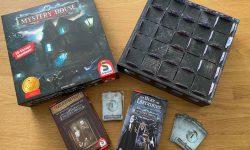 Zu sehen ist die Verpackung von Mystery House inkl. des gesamten Spielmaterials.