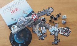 Zu sehen ist Mission ISS mit dem gesamten Spielmaterial.
