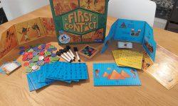 Zu sehen ist das Spiel First Contact inkl. des gesamten Spielmaterials.