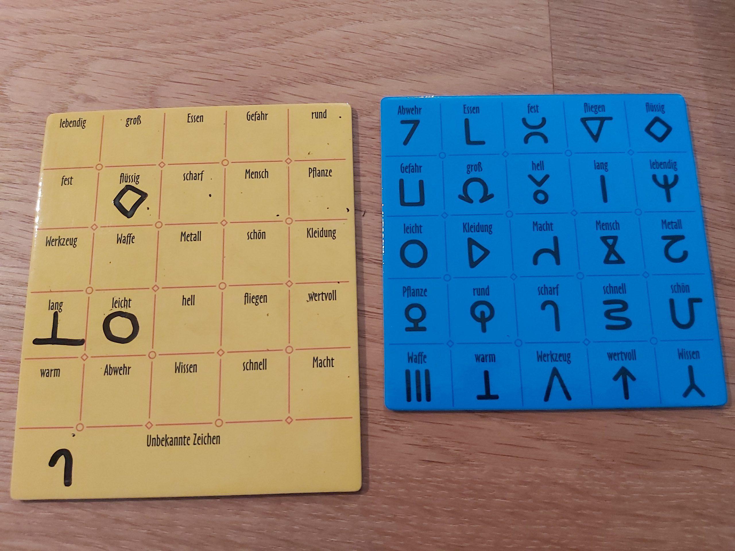 Zu sehen sind die Kommunikationstafeln der Ägypter:innen & Außerirdischen.