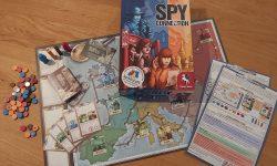 Zu sehen ist das Spiel Spy Connection mit dem gesamten Spielmateral.