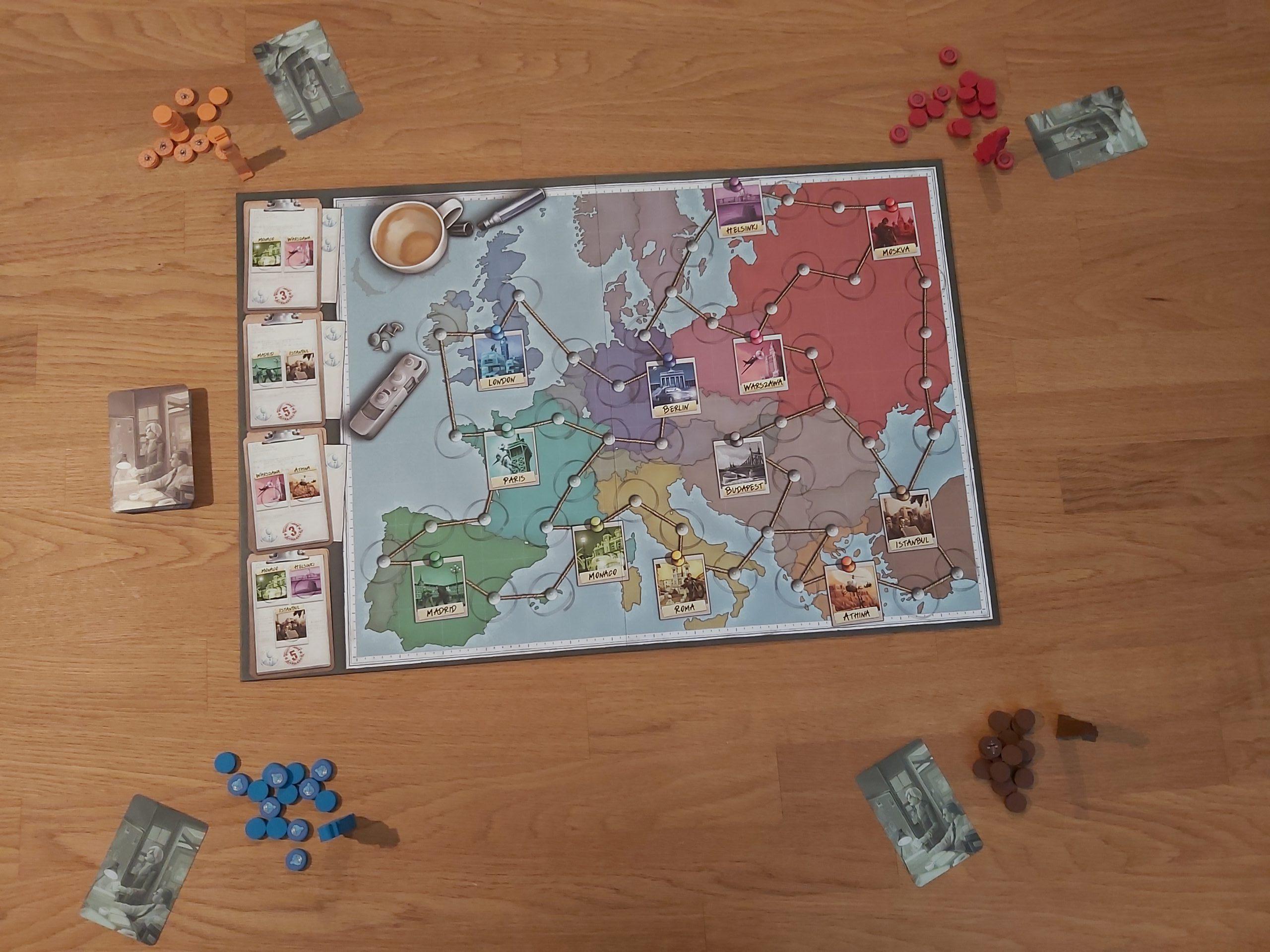 Zu sehen ist der Spielaufbau von Spy Connection für 4 Spielende.