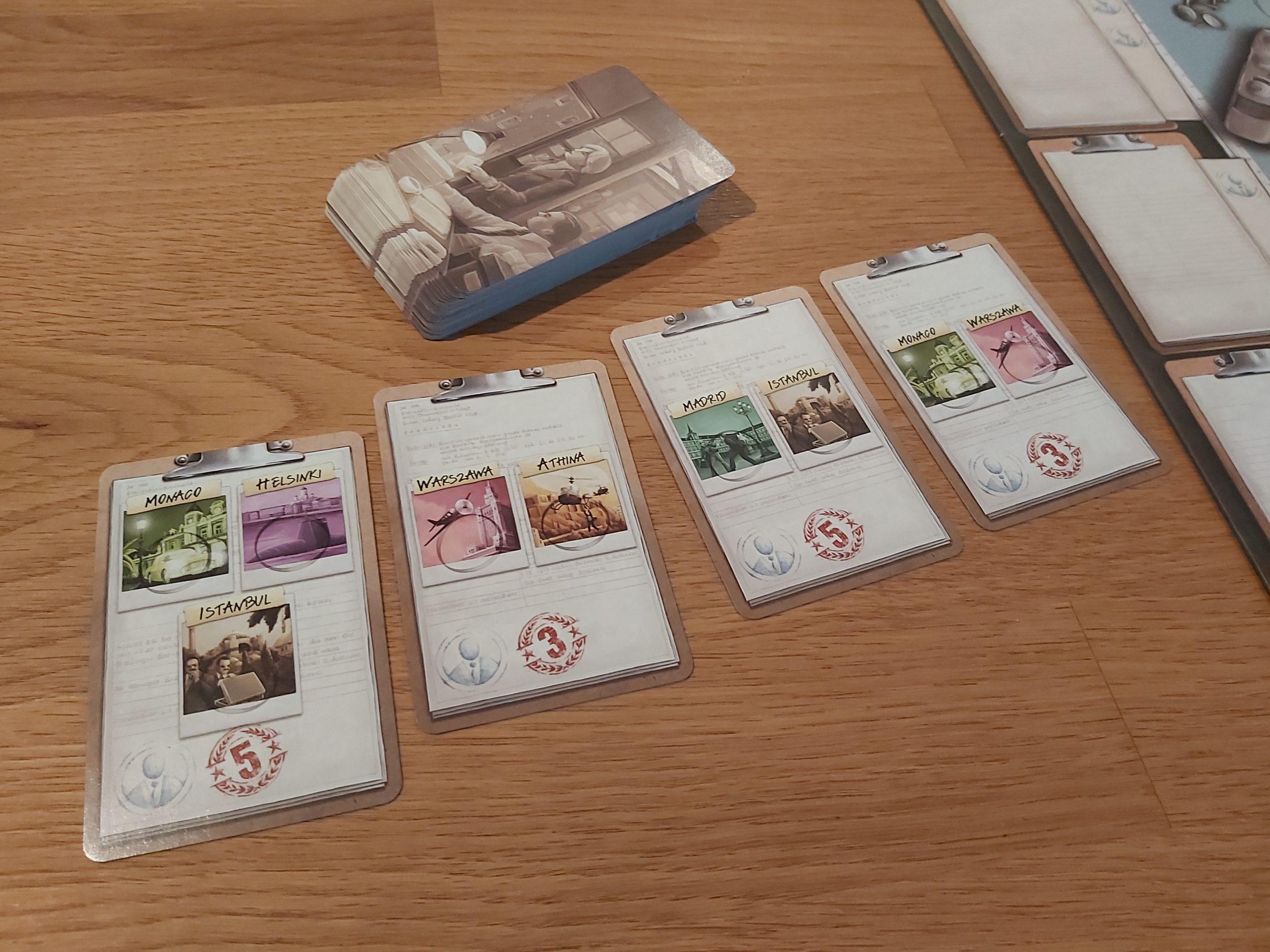 Zu sehen sind die Missionskarten von Spy Connection.