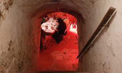 Treppengang zu einem Kellergewölbe, unten: Speielrunde