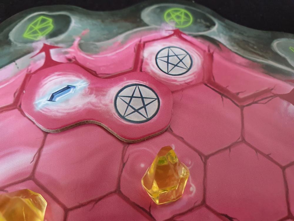 Eingesetzter Spielstein auf Hexenkessel eines Spielenden
