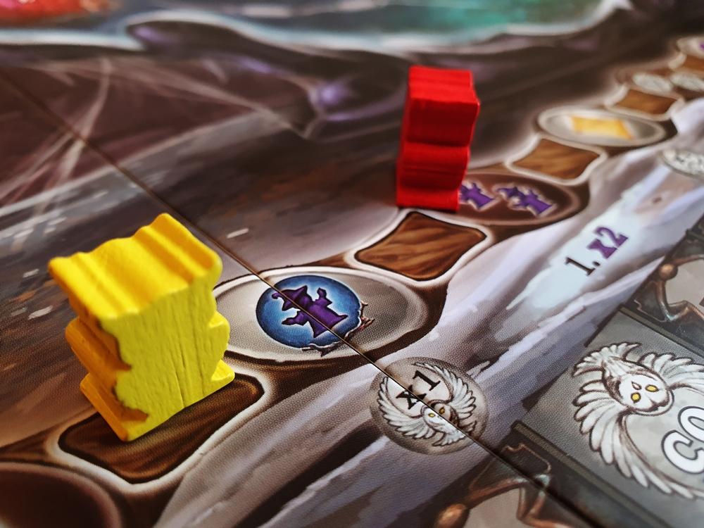 Zauberstableiste auf dem Spielplan, darauf zwei Spielfiguren