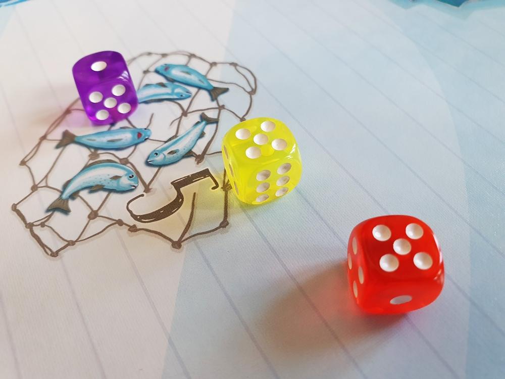 Spielfeld mit drei farbigen Würfeln